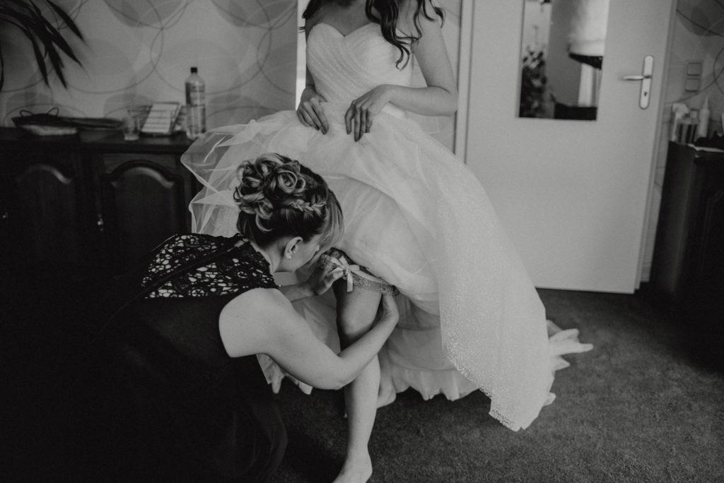 Brautjungfer beim Helfen