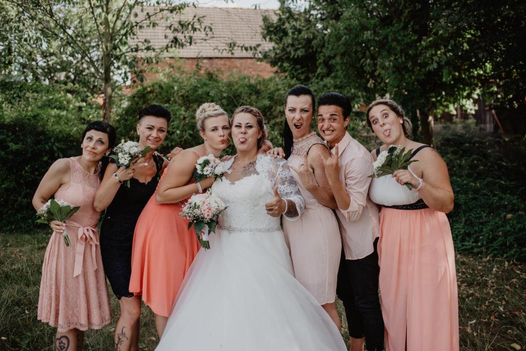 Hochzeit, Hochzeitsfotografie,Gruppenbild Braut mit ihren Brautjungern & Freundinnen