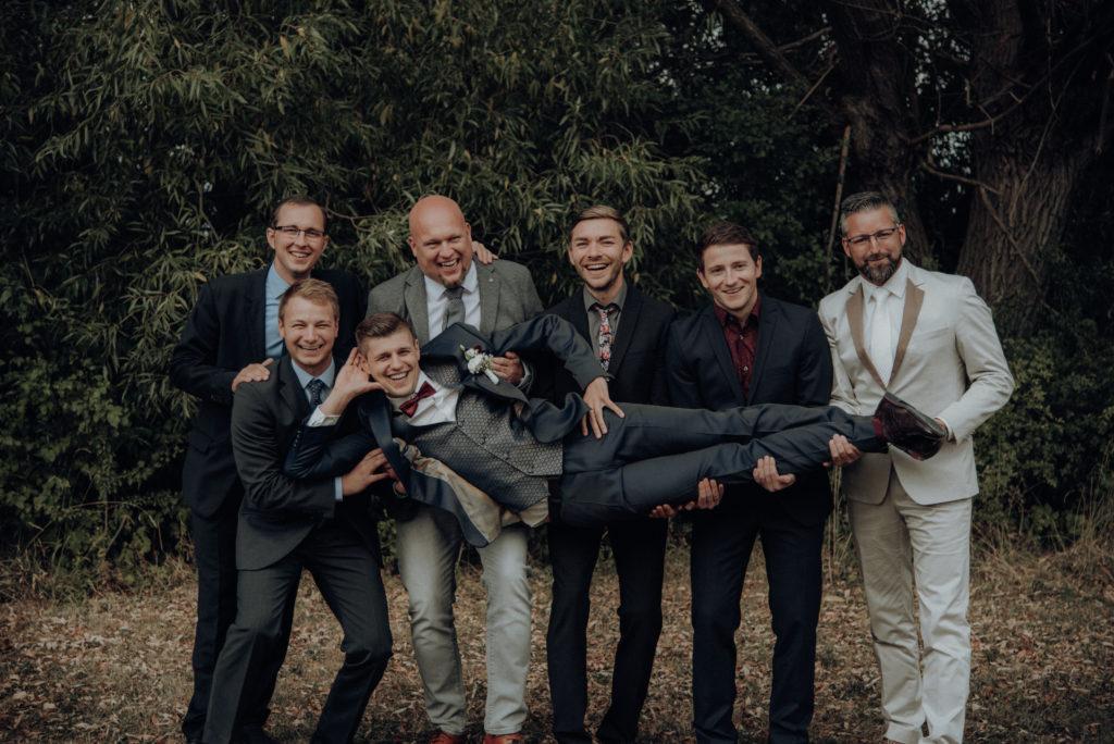 Hochzeit, Hochzeitsfotografie,Gruppenbild Der Bräutigam mit seinen Freunden auf dem gemeinsamen Gruppenbild.